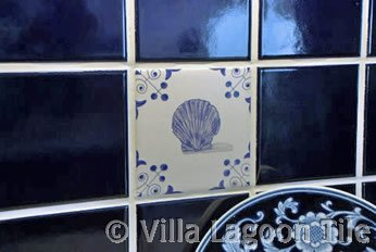 Delft tile insert in backsplash